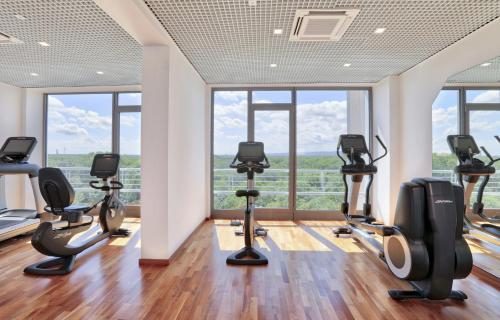 The fitness center and/or fitness facilities at H4 Hotel Frankfurt Messe
