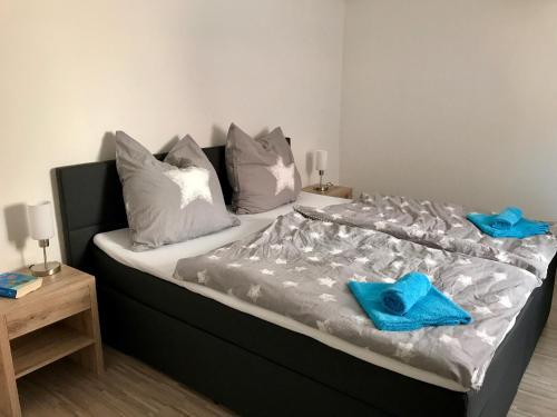 Ein Bett oder Betten in einem Zimmer der Unterkunft Villa Kerzenheimer Tor