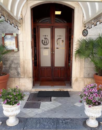 The facade or entrance of Hotel Archimede Ortigia