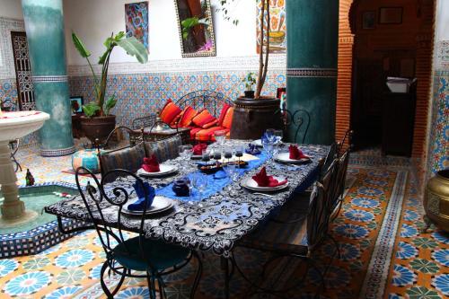Ein Restaurant oder anderes Speiselokal in der Unterkunft Riad Bibtia