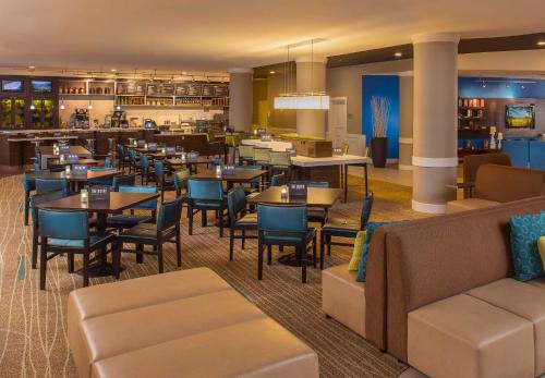 A restaurant or other place to eat at Courtyard by Marriott Sandestin at Grand Boulevard