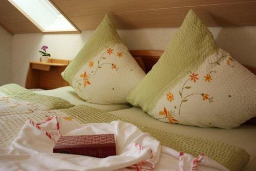 Ein Bett oder Betten in einem Zimmer der Unterkunft Haus Margot Armbruster
