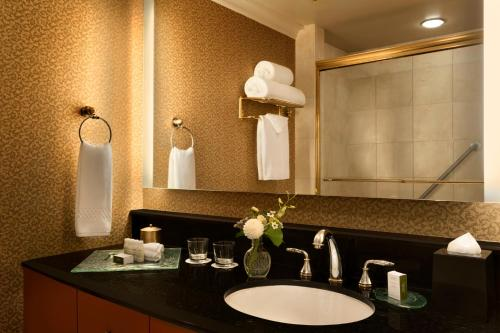 A bathroom at Hotel Le Soleil by Executive Hotels