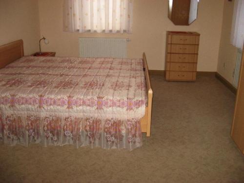Ein Bett oder Betten in einem Zimmer der Unterkunft Ferienwohnung Mitreuter