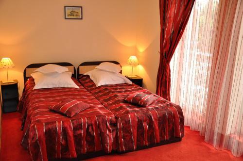 Un pat sau paturi într-o cameră la Hotel Golden Beach