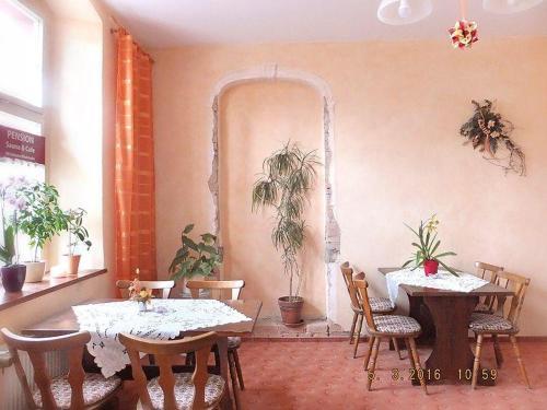 Ein Restaurant oder anderes Speiselokal in der Unterkunft Pension Torgau - Zimmer 6