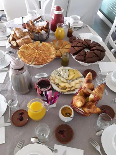 Breakfast options available to guests at Chambre d'hôtes de l'Estuaire de Blaye
