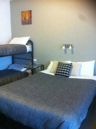 A bunk bed or bunk beds in a room at Altair Motel