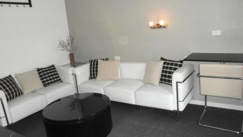 A seating area at Altair Motel