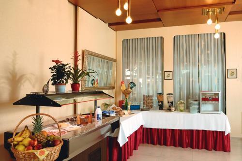 Ein Restaurant oder anderes Speiselokal in der Unterkunft Hotel Rondo