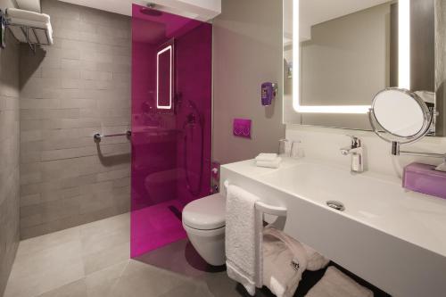 A bathroom at Park Inn by Radisson Izmir