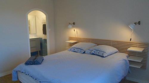A bed or beds in a room at La Maison de Mes Parents