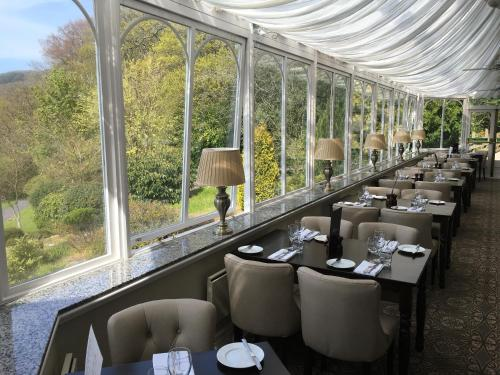 A restaurant or other place to eat at Royal Victoria Hotel Snowdonia