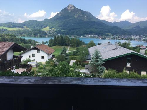 Ein allgemeiner Bergblick oder ein Berglick von des Privatzimmers aus