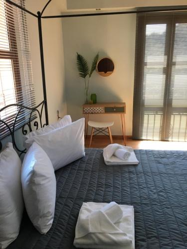 A bed or beds in a room at Vassilis Retreat