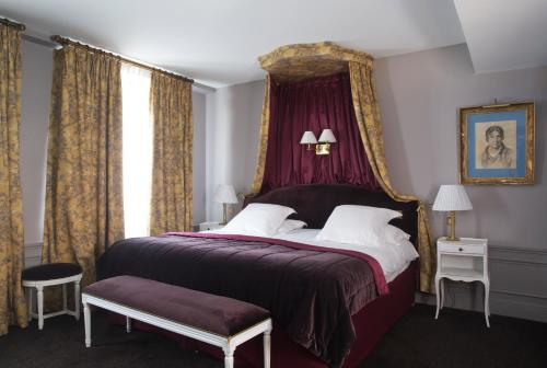 A bed or beds in a room at Hôtel De Buci