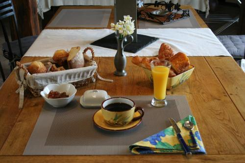 Breakfast options available to guests at B&B La Ferme D'Enjean