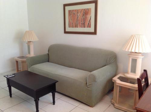 Een zitgedeelte bij Summerland Suites