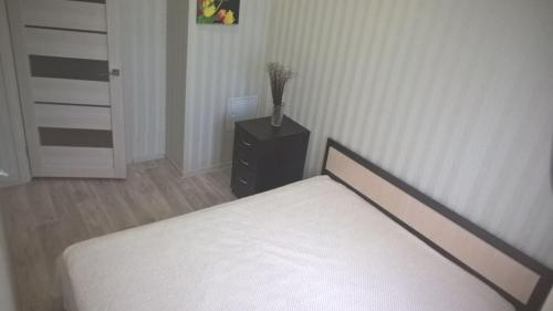 A bed or beds in a room at Apartment on Lytkina 9/6