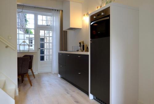 A kitchen or kitchenette at Huisje aan de gracht