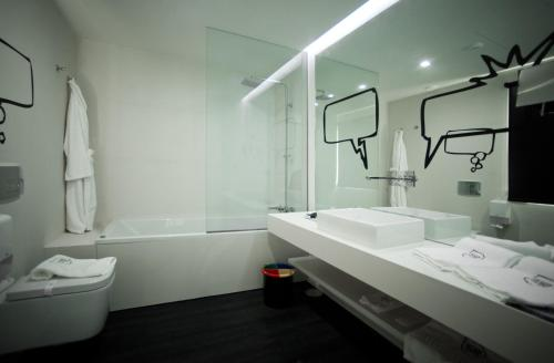 A bathroom at Design Wine & SPA Hotel