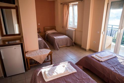 A bed or beds in a room at Zoumboulis Rooms