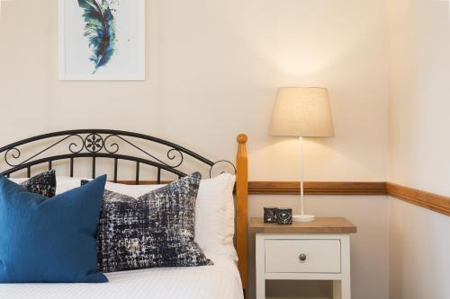 A bed or beds in a room at Windsors Edge Cottage Rothbury