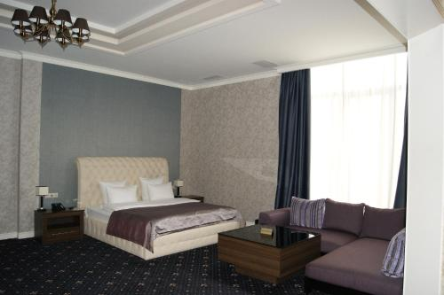 A bed or beds in a room at 1000 i 1 Noch Hotel
