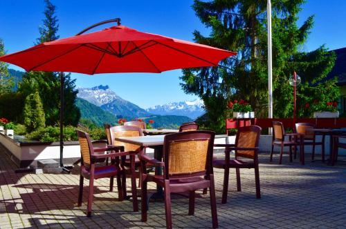 A restaurant or other place to eat at Alpine Classic Hotel