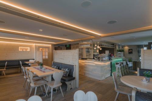 Ein Restaurant oder anderes Speiselokal in der Unterkunft Caschu Alp Boutique Design Hotel Stoos