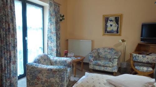 A seating area at Hotel garni Historischer Krug