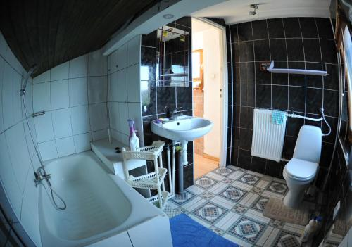 Łazienka w obiekcie Ciche i miłe poddasze niedaleko starówki