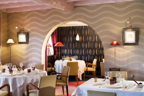 A restaurant or other place to eat at auberge le relais