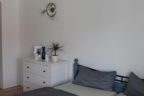 Ein Bett oder Betten in einem Zimmer der Unterkunft Kleines Bauernhaus