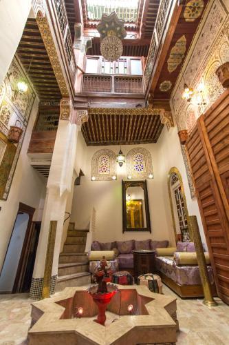 Un restaurante o sitio para comer en Riad Diwan