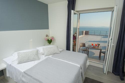 A bed or beds in a room at Seaside Luxury Suites