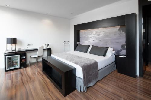 سرير أو أسرّة في غرفة في كاتالونيا كاتدرال