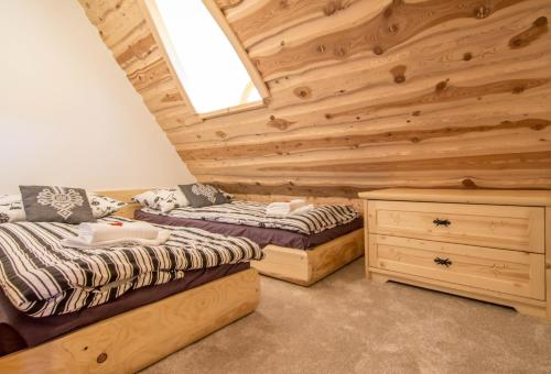 Łóżko lub łóżka w pokoju w obiekcie Apartamenty Kiry Zakopane