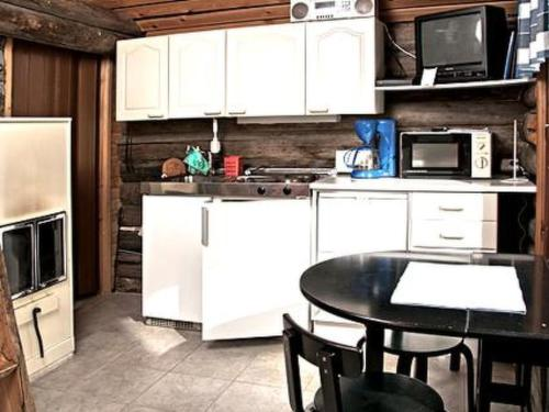 A kitchen or kitchenette at Holiday Home Tievatupa 2- pienempi