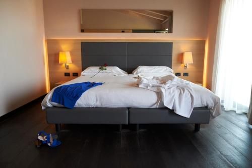 A bed or beds in a room at Hotel Resort Villa Luisa & Spa