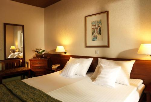 A bed or beds in a room at Garni Hotel Jadran - Sava Hotels & Resorts