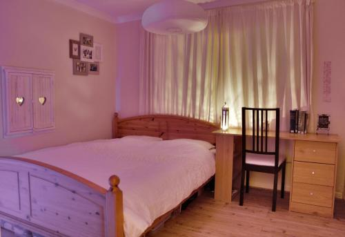 A bed or beds in a room at Newly Refurbished in Town Center