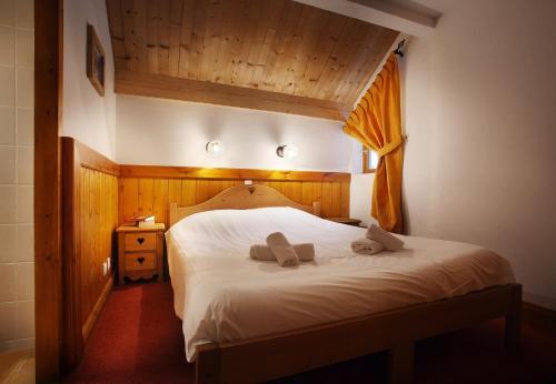 A bed or beds in a room at Chalet des Neiges Oz en Oisans