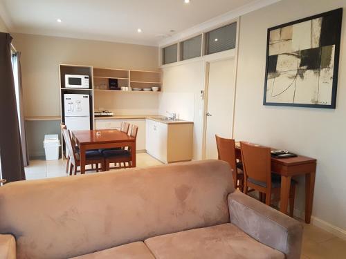 A kitchen or kitchenette at Vine Inn Barossa
