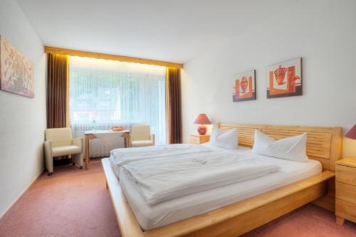 Ein Bett oder Betten in einem Zimmer der Unterkunft Hotel am Schwanenweiher