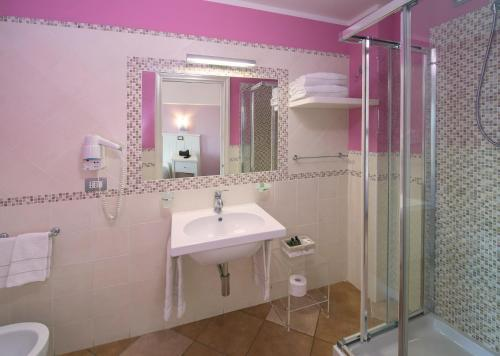 A bathroom at Marin Hotel