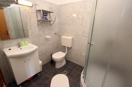 A bathroom at Apartment Sandi