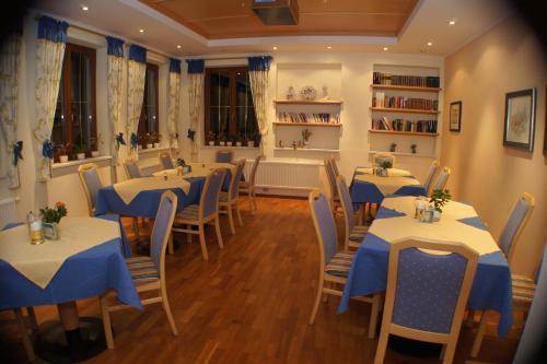 Ein Restaurant oder anderes Speiselokal in der Unterkunft Hotel-Pension Sonneck