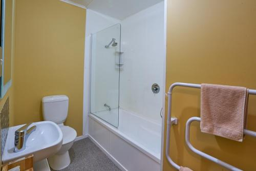 A bathroom at Accommodation Fiordland Self Contained Cottages