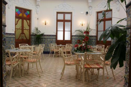Un restaurante o sitio para comer en Hotel Restaurante Casa Julia